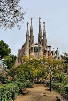 O Templo Expiatório da Sagrada Família, também conhecido como Sagrada Família, é um grande templo católico da cidade de Barcelona (Espanha), desenhado pelo arquiteto Antoni Gaudí, e considerado por muitos críticos como a sua obra-prima e expoente da arquitetura modernista catalã. Financiado unicamente por contribuições privadas, o projeto foi iniciado em 1882 e assumido por Gaudí em 1883,  e não se estima a conclusão para antes de 2026. #architecture #gothic #art #nouveau