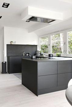 Wij bij HomeDeco zijn gek op zwart in het interieur! Het is gedurfd, geeft je interieur iets myst...