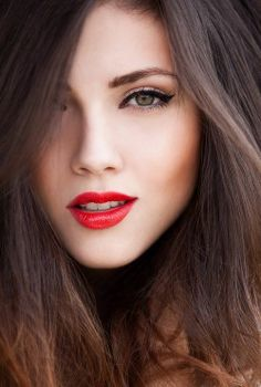 Eyeliner with red lips and brown hair