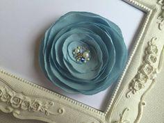 Broche/ pince cheveux fleur bleu ciel : Accessoires coiffure par fleurs-de-provence