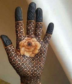 Dubai mehndi designs are the ultimate designs. because they have their own signature style. Be it in the form of tattoo khaleeji arabic or the dubai style mehndi designs are just beautiful to look at. The middle east is replicated through these mehndis. Rose Mehndi Designs, Henna Art Designs, Indian Mehndi Designs, Modern Mehndi Designs, Mehndi Designs For Fingers, Wedding Mehndi Designs, Mehndi Design Pictures, Latest Mehndi Designs, Mehndi Images