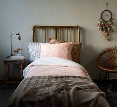 Vuodetekstiileihin kannattaa satsata. Kauniissa sängyssä näkee kauniita unia. Toiselta puolelta vaaleanpunaruutuinen ja toiselta valkoruutuinen Lo-puuvillapussilakanasetti 15 e, Ellos. Kukallinen tyy...