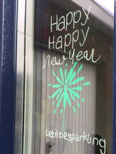 Versier je raam met een krijtstifttekening  #review #etsyshop #krijtstifttekening #sjabloon voor een #raamtekening door blog #lifebyxenia New Years Eve, Christmas Decorations, Neon Signs, Windows, Lettering, Homemade, Happy, Quotes, Diy