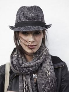 Carly, Hat