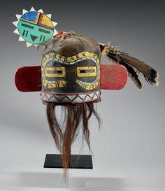 Superbe Masque heaume indeterminé, (Hilili ( ?), Saviki ( ?) Hopi, Arizona, U.S.A Cuir, peintures, pigments, crin de cheval, bois, plumes Période de confection proposée: Circa 1920