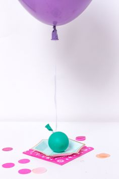 Forgot to buy balloons weights! Use a balloons as weights, they look cute and make adorable balloon weights. Perfect to use as weights for big Balloons. One Balloon, Balloon Backdrop, Diy Backdrop, Helium Balloons, Streamers, Balloon Hacks, Christmas Balloons, Balloon Weights, Father Daughter Dance