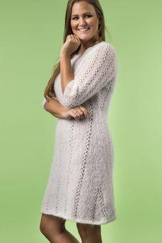 Gratis download af opskrift på strikket hvid kjole med hulmønster Knitting Patterns, Sweaters, Blog, Dresses, Diy, Fashion, Fashion Styles, Threading, Vestidos