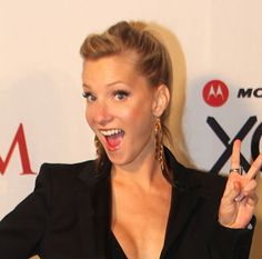 Love the ponytail and diagonally-pulled bangs on Heather Morris. Nice suit too. Is there anyone with a sweeter smile?