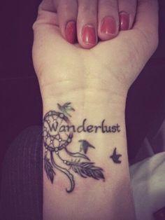 Attrape-rêves tatoué sur le poignet dans Trouver une idée de tatouage d'attrape-rêve et plume indienne parmi 20 magnifiques exemples