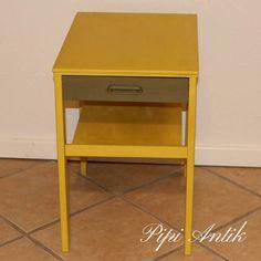 Annie Sloan Chalk Paint, English Yellow på natbordet og på skuffen Olive blandet med English Yellow i lige dele - så retro det blev.