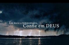 Em meio a tempestades, confie em Deus. (Frases para Face)