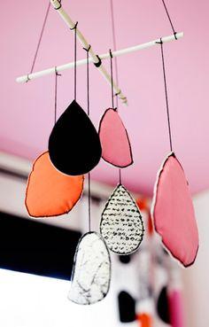 Móvil hecho con la cortina BOLLKAKTUS blanco/negro/rosa