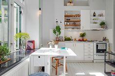 Charmigt kök med matplats intill fönstret