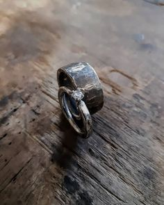 Astetta räyheemmät vihkisormukset.  #vihkisormukset #uniikkikorut #weddingrings #uniquejewelry #rusticjewelry #finnishdesign #jewelrydesigner #koruseppä #anuek #kerava Rings For Men, Silver Rings, Wedding Rings, Engagement Rings, Jewelry, Instagram, Design, Enagement Rings, Men Rings