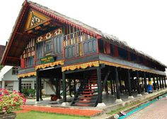 Traditional House of Aceh Nanggroe Darusallam is named Krong Bade house Art Deco Hotel, Miami Art Deco, Indonesian House, Art Deco Borders, Vernacular Architecture, Flamboyant, Rural Area, Classic House, Architect Design