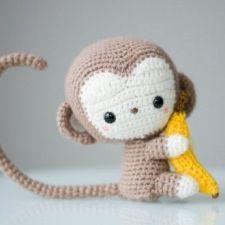 Monkey with banana in amigurumi Crochet Amigurumi, Amigurumi Patterns, Amigurumi Doll, Crochet Toys, Crochet Patterns, Crochet Monkey, Cute Crochet, Crochet Baby, Tiny Monkey