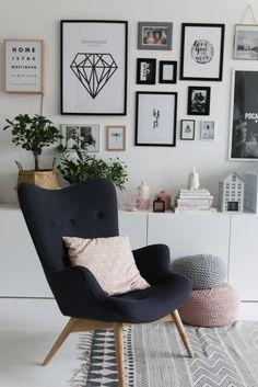 Czarny fotel w białym salonie