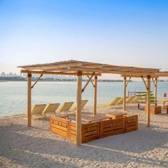 This dreamy daytime destination is great for soaking up the sun and a lively spot for sundowners at the water's edge.