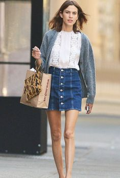 The cool summer is coming, better yet, if you own sexy and long legs. But in fact, wearing the shorts or mini skirt are not the only way to show off your long legs in the Summer time! Look Miranda Kerr, Karlie Kloss, Alexa Chung Taylor Swift and so on...