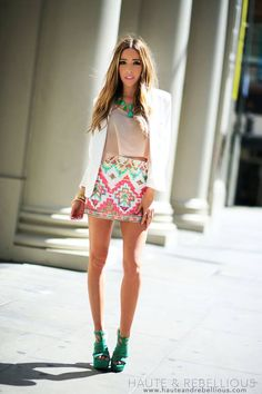 Usually, a patterned skirt would clash with accessories, but this model pulls off the skirt with simple accessories.