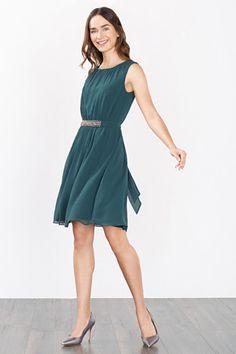 Grösseninfo:  -Länge ab Rückenmitte in Gr. 36 ca. 98 cm (kann je nach Größe leicht variieren)  Details:  -Das leicht figurumspielende Kleid in A-Linie besitzt einen Rundhalsausschnitt und eine geraffte Front. -Von der glänzenden Bundpasse gehen seitliche Bänder ab, die im Rücken gebunden werden. -Das Kleid ist mit Jersey gefüttert.