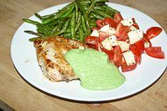 Kylling med pestomayo, tomatsalat og bønnefritter