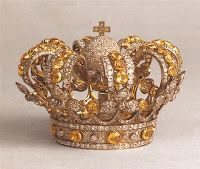 Crown/Coronet of Queen Isabella II Queen Victoria of Great Britain followed the fashion among the royals of her time by having a small coronet made for ease of wear. Her Spanish counterpart had this crown made from diamonds and topazes. Isabella left the crown to the Atosha Chapel after her death where now it is still used to adorn their statue of the Virgin on high feast days.