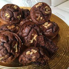 """Muffins choco-nueces """"fit""""  2 yogures 0% naturales claras 1 huevo harina de avena edulcorante 2 cucharadas de cacao levadura en polvo"""