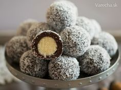 Two - color coconut balls Angie- Dvojfarebné kokosové guličky Christmas Deserts, Christmas Baking, Czech Desserts, Cookie Recipes, Dessert Recipes, Toffee Bars, Czech Recipes, Types Of Cakes, Breakfast Dessert