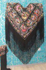 Mantón de Manila antiguo en seda natural bordado a mano con fleco de seda natural anudado a mano.