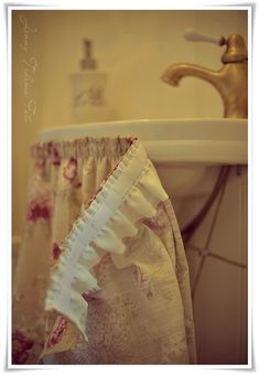 Madame Petite - Photo - Styling: A small toilet . in English cottage style! Diy Home Crafts, Diy Home Decor, Room Decor, Bathroom Sink Skirt, Rustic Kitchen, Kitchen Decor, English Cottage Style, English Decor, Chic Bathrooms