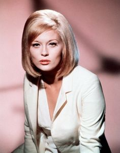 Born 1941 in Bascom, Florida, American actress Faye Dunaway began in the early on Broadway. She made her screen debut in the 1967 film. Old Hollywood Stars, Hollywood Actor, Classic Hollywood, Faye Dunaway, Old Movie Stars, Actrices Hollywood, Women In History, Classic Films, Portrait