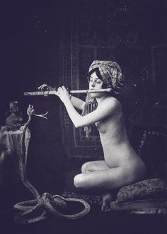 Le Serpent Amoureux (The Snake Charmer). Vintage Gypsy, Vintage Circus, Vintage Beauty, French Vintage, Old Photos, Vintage Photos, Antique Photos, Pin Up, Serpent