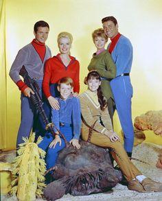 "June Lockhart, Guy Williams, Marta Kristen, Angela Cartwright, Bill Mumy & Mark Goddard in "" Lost in Space "" Los Robinson, Robinson Family, Space Tv Series, Space Tv Shows, 1960s Tv Shows, Old Tv Shows, Sci Fi Tv, Sci Fi Movies, Sci Fy"