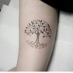 Tree Tattoo – Árvore da família, ou árvore da vida, representa a ligação entre o céu e a… Tree Tattoo - Stammbaum oder Baum des Lebens, stellt die Verbindung zwischen Himmel und… Mini Tattoos, Wrist Tattoos, Body Art Tattoos, Small Tattoos, Sleeve Tattoos, Cool Tattoos, Tatoos, Yggdrasil Tattoo, Tattoo Life