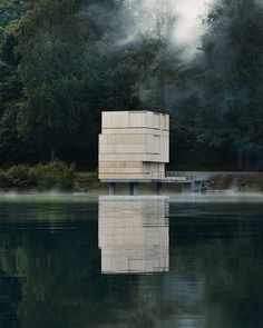 Lakeside house with shutters closed. cubo en lago
