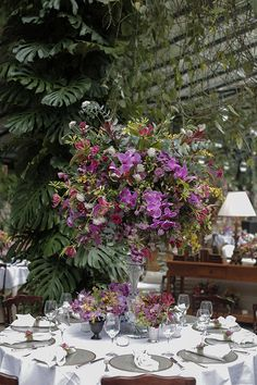 Casamento na Fazenda Vila Rica - decoração em cores vibrantes - mesa dos convidados ( Foto: Studio 47 | Decoração: Fabio Borgatto e Telma Hayashi )