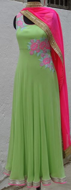 Haute spot for Indian Outfits. Salwar Suits Party Wear, Punjabi Salwar Suits, Pakistani Dresses, Indian Dresses, Indian Outfits, Simple Anarkali Suits, Patiala Suit, Indian Attire, Indian Ethnic Wear