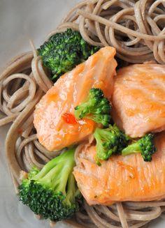 Nouilles soba sautées au brocoli, saumon & chili sauce