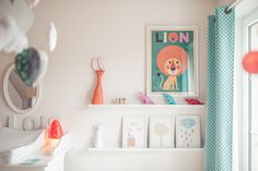 doudou lapin roange et affiche lion orange et bleu