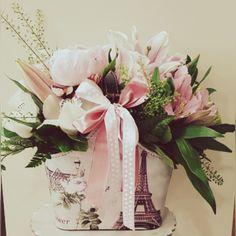 Όμορφη δερματίνη τσάντα με θέμα το Παρίσι για αποστολή σε όλη την Αθήνα #anthemionflowers #αποστολη_λουλούδια Ανθοπωλεία | λουλούδια | στείλε λουλούδια