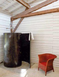 Me encanta el reportaje que han publicado en ELLEDECOR de la casa de la decoradora Isabel Lopez Quesada en el sur de Francia  Cualquiera diría que una antigua granja de faisanes puede terminar siendo la casa de alguien. Todo el exterior se cubrió con