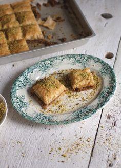 Baklava - Trois fois par jour. A essayer très très bientôt!! :) Baklava Dessert, Baklava Recipe, Yummy Snacks, Delicious Desserts, Dessert Recipes, Yummy Food, Smoothies, Sweet Pastries, Desserts To Make