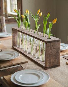 Garrafa de vidro e suporte de madeira para colocar flores