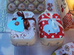 caixas de ovos (recicladas) cheias de docinhos para oferecer!!! :-)