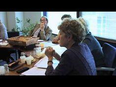 Een unieke documentaire over de bijna tachtigjarige nestor van de Nederlandse architectuur, Herman Hertzberger. Filmmaakster Moniek van de Vall volgde hem tijdens zijn werk aan diverse projecten, want met pensioen is hij nog lang niet. Begin dit jaar kreeg hij de prestigieuze Royal Gold Medal 2012 van het Royal Institute for British Architects u...