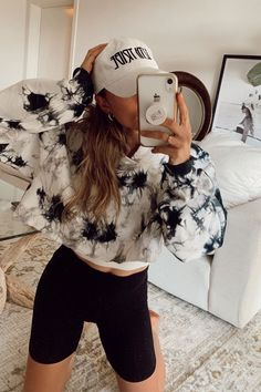 Bleach Tie Dye, Tye Dye, Hot Topic Clothes, Diy Clothes, Refashioned Clothes, Tie Dye Outfits, Girl Outfits, Tie Dye Fashion, Emo Fashion