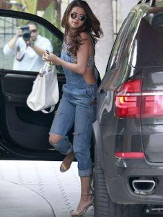 Selena Gomez marca figura con peto, crop top y taconazos