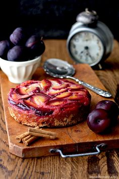 Torta rovesciata alle prugne e cannella- Upside-down cake with cinnamon and plums by La tana del coniglio