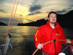 Corso Navigazione Costiera - Livello 4 - Vivere la Vela IMPARARE A PIANIFICARE UNA CROCIERA COSTIERA! Un corso che fornisce tutti gli elementi necessari per pianificare una crociera a corto-medio raggio con navigazione a vista della costa. Le regole per l'organizzazione degli spazi a bordo, per una piacevole convivenza e la definizione del ruolo dello skipper sono requisiti fondamentali per una navigazione piacevole in tutta sicurezza. Il corso è anche propedeutico alla patente nautica.